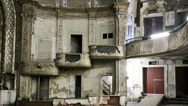 Hamilton-Palacio_indoors_abandonedtheatre_walls_balconies