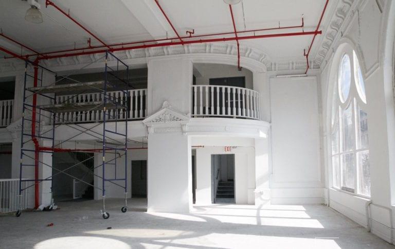 Hamilton-Palacio_indoors_bigwindows_whiteroom2